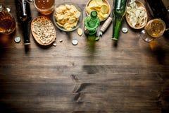 Μπύρα και μια κατάταξη των διαφορετικών τύπων πρόχειρων φαγητών στοκ φωτογραφία