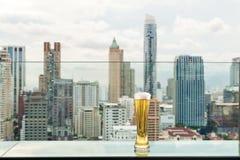 Μπύρα και μπύρα αφρού στον πίνακα στο φραγμό στεγών στη Μπανγκόκ, Ταϊλάνδη Στοκ Φωτογραφία