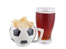 Μπύρα και πατατάκια που απομονώνονται στοκ εικόνα με δικαίωμα ελεύθερης χρήσης