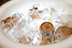 Μπύρα και ποτό στην αποθήκευση πάγου με το φως των οδηγήσεων hilight στο κατώτατο σημείο έτοιμο να εξυπηρετήσει στοκ εικόνες