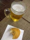Μπύρα και τηγανισμένη μπουλέττα κοτόπουλου στοκ εικόνες