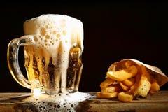 Μπύρα και τηγανιτές πατάτες Στοκ Εικόνα