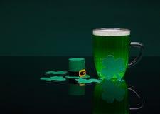 Μπύρα και τριφύλλι Ημέρα του Πάτρικ ` s Στοκ Εικόνες