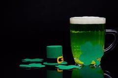Μπύρα και τριφύλλι Ημέρα του Πάτρικ ` s Στοκ Φωτογραφία