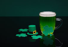 Μπύρα και τριφύλλι Ημέρα του Πάτρικ ` s Στοκ φωτογραφία με δικαίωμα ελεύθερης χρήσης