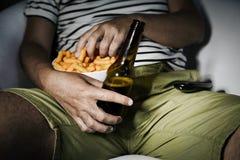 Μπύρα κατανάλωσης ατόμων και κατανάλωση των ριπών τυριών Στοκ φωτογραφίες με δικαίωμα ελεύθερης χρήσης
