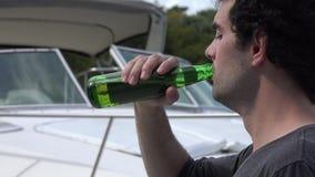 Μπύρα κατανάλωσης ατόμων στη μαρίνα φιλμ μικρού μήκους