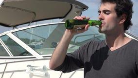 Μπύρα κατανάλωσης ατόμων στη μαρίνα απόθεμα βίντεο