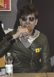 Μπύρα κατανάλωσης d'erasmo του Rodrigo βιολιστών Afterhours Στοκ Φωτογραφία