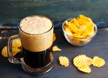 Μπύρα με τα τσιπ στοκ φωτογραφίες