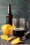Μπύρα με τα τσιπ στοκ φωτογραφία με δικαίωμα ελεύθερης χρήσης
