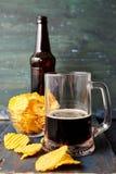 Μπύρα με τα τσιπ στοκ εικόνες με δικαίωμα ελεύθερης χρήσης