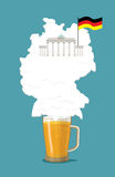Μπύρα με το γερμανικό χάρτη σκιαγραφιών αφρού Πύλη του Βραδεμβούργου και σημαία Στοκ Εικόνες