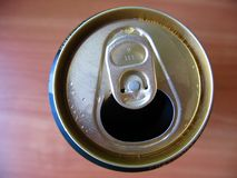 μπύρα που κονσερβοποιεί Στοκ Εικόνες