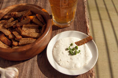 Μπύρα σε ένα γυαλί, croutons και garlick τη σάλτσα Μπύρα και πρόχειρο φαγητό στην μπύρα Στοκ Φωτογραφία