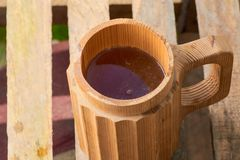 Μπύρα σε μια ξύλινη κούπα Στοκ φωτογραφία με δικαίωμα ελεύθερης χρήσης