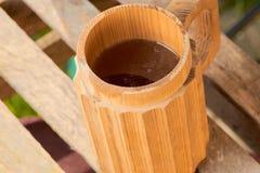 Μπύρα σε μια ξύλινη κούπα Στοκ Φωτογραφίες