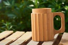 Μπύρα σε μια ξύλινη κούπα Στοκ Εικόνες
