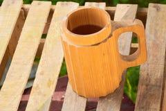 Μπύρα σε μια ξύλινη κούπα Στοκ εικόνα με δικαίωμα ελεύθερης χρήσης