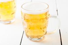 Μπύρα στην κούπα μπύρας γυαλιού Στοκ εικόνες με δικαίωμα ελεύθερης χρήσης