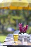 Μπύρα στον πίνακα γευμάτων Στοκ εικόνα με δικαίωμα ελεύθερης χρήσης