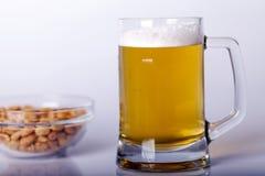 Μπύρα στον πίνακα στοκ φωτογραφίες με δικαίωμα ελεύθερης χρήσης
