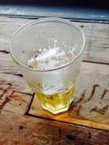 Μπύρα στο γυαλί στον ξύλινο πίνακα Στοκ Εικόνες