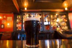 Μπύρα στο μπαρ στοκ εικόνες με δικαίωμα ελεύθερης χρήσης
