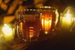 Μπύρα στο ξύλο με τα κεριά βαμμένος Εκλεκτική εστίαση στοκ φωτογραφίες