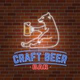 Μπύρα τεχνών πινακίδων νέου με την αρκούδα ελεύθερη απεικόνιση δικαιώματος