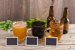 Μπύρα τεχνών που δοκιμάζει το ξύλινο υπόβαθρο Στοκ Εικόνες