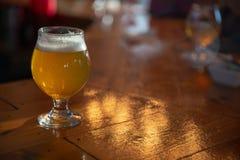 Μπύρα τεχνών σε έναν φραγμό στοκ εικόνα