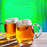 Μπύρα δύο στον πίνακα με το σύγχρονο υπόβαθρο Στοκ εικόνες με δικαίωμα ελεύθερης χρήσης