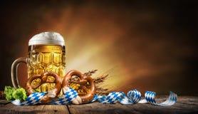 Μπύρα Oktoberfest με pretzel, το σίτο και τους λυκίσκους Στοκ φωτογραφία με δικαίωμα ελεύθερης χρήσης