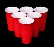 Μπύρα pong. Κόκκινα πλαστικά φλυτζάνια πέρα από το Μαύρο Στοκ Εικόνες