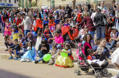 Μπύρα-Sheva, ΙΣΡΑΗΛ - 5 Μαρτίου 2015: Παιδιά στα κοστούμια καρναβαλιού με τους γονείς τους στην οδό στον εορτασμό Purim Στοκ Φωτογραφίες