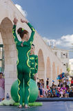 Μπύρα-Sheva, ΙΣΡΑΗΛ - 5 Μαρτίου 2015: Gymnast δύο κοριτσιών με μια πράσινη σφαίρα στην οδό Στοκ εικόνα με δικαίωμα ελεύθερης χρήσης