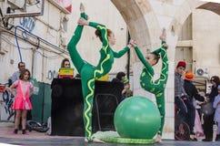 Μπύρα-Sheva, ΙΣΡΑΗΛ - 5 Μαρτίου 2015: Gymnast δύο κοριτσιών με μια πράσινη σφαίρα Στοκ Εικόνες
