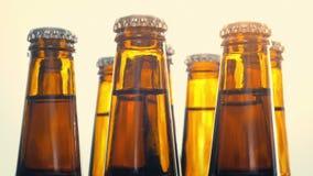 Μπύρες που περιστρέφονται στον ήλιο φιλμ μικρού μήκους