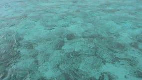 Μπλε άποψη θάλασσας στην ηλιόλουστη ημέρα απόθεμα βίντεο
