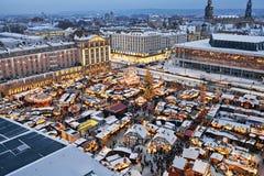 Μπλε άποψη νύχτας της αγοράς Χριστουγέννων στη Δρέσδη Στοκ Εικόνες