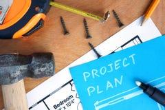 Μπλε έγγραφο με το σχέδιο προγράμματος εγχώριας βελτίωσης, εξάρτηση εργαλείων Στοκ εικόνα με δικαίωμα ελεύθερης χρήσης