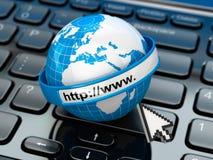 _ μπλε έννοια Διαδίκτυο χρώματος ανασκόπησης Γη στο πληκτρολόγιο lap-top Στοκ Φωτογραφίες