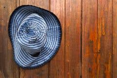Μπλε ένωση καπέλων υφάσματος σχεδίου στο ξύλινο υπόβαθρο τοίχων Στοκ Φωτογραφίες