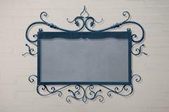 Μπλε ένωση πινακίδων στον άσπρο τουβλότοιχο Στοκ εικόνες με δικαίωμα ελεύθερης χρήσης