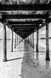 μπλε ήλιος θάλασσας αποβαθρών ξύλινος Στοκ φωτογραφία με δικαίωμα ελεύθερης χρήσης