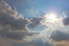 μπλε ήλιος ουρανού σύννε& Στοκ εικόνες με δικαίωμα ελεύθερης χρήσης
