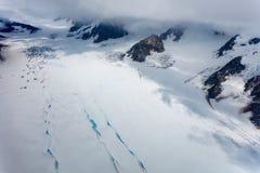 Μπλε λίμνες και crevasses πάνω από την κοιλάδα παγετώνων Στοκ Εικόνες