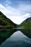 Μπλε λίμνες στα βουνά στο σημείο ομορφιάς κοιλάδων Jiuzhaigou Στοκ Φωτογραφία