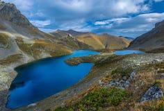 Μπλε λίμνες Urup στην κοιλάδα βουνών βόρειο ossetia ρωσικά βουνών ομοσπονδίας Καύκασου alania Στοκ φωτογραφία με δικαίωμα ελεύθερης χρήσης
